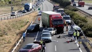 El camión y los vehículos accidentados en la A-62 a la altura de Cabezón de Pisuerga (Valladolid)