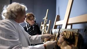 La directora del Museo de Escultura, María Bolaños, observa los trabajos de restauración en una de las obras que se expondrán