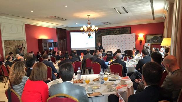 Momento del encuentro de Fernando Clavijo con empresarios en Barcelona