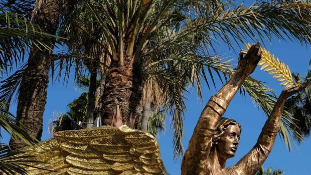 Una palmera canaria en Cannes con la palma de oro en el símbolo de la ciudad