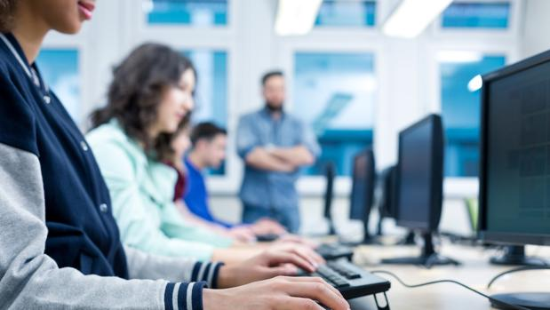 Grupo de alumnos durante una clase de informática