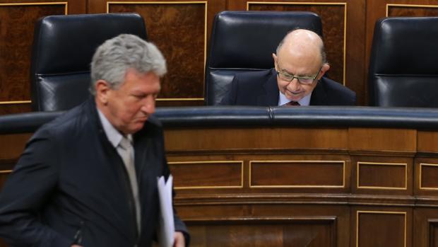 Pedro Quevedo pasa por delante de Cristóbal Montro en el Congreso