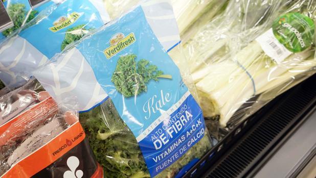 Imagen de un bolsa de kale en uno de los lineales de Mercadona