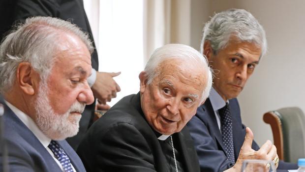 Mayor Oreja, el cardenal Cañizares y Suárez Yllana, este miércoles en Valencia