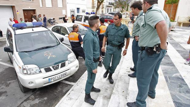 Miembros de la Guardia Civil en la puerta del ayuntamiento de Fines