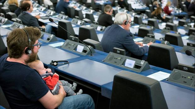 Miguel Urbán se lleva a su hijo al Parlamento Europeo