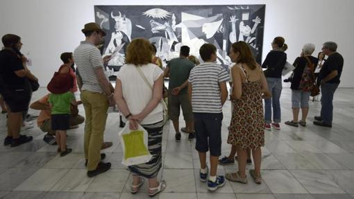Un grupo de visitantes contemplan el Guernica en el Museo Reina Sofía