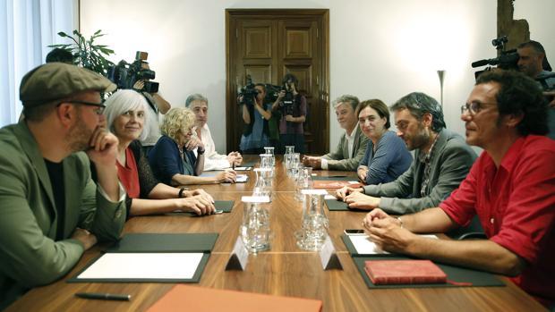 Algunos de los «alcaldes del cambio» en una reunión en Barcelona en diciembre de 2015