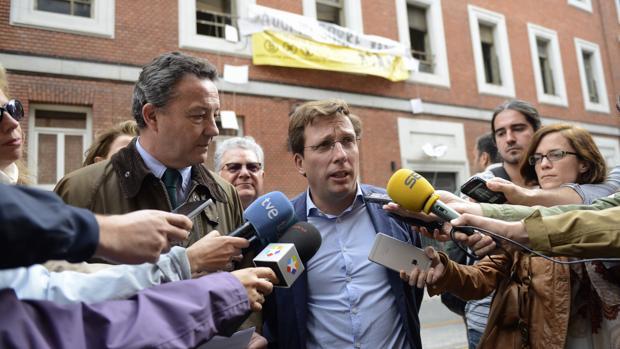 José Luis Martínez Almeida, junto a Íñigo Henríquez de Luna, frente al edificio okupado en la calle del Gobernador