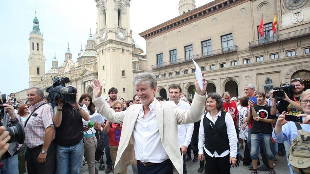 El alcalde Santisteve, en la Plaza del Pilar el día de su toma de posesión