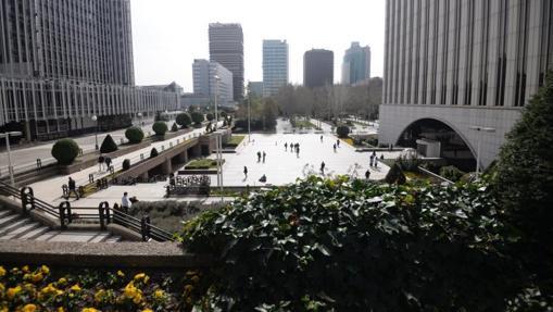 La renovada plaza de Azca