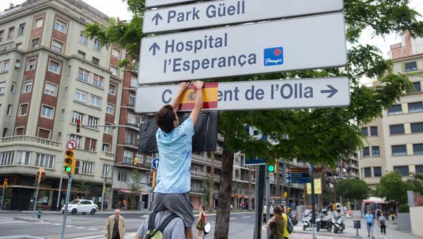 Pegatina de la bandera de España en un panel informativo