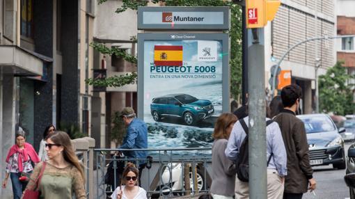 Pegatina con la bandera española en la estación de Muntaner (FGC)