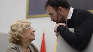 Carmena con Murgui, concejal de Coordinación Territorial y Asociaciones, en una imagen de archivo