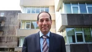 El catedrático de la USC, Luis Míguez Macho, frente a la facultad de Derecho