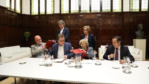 Arriba, Higueras y Causapié (PSOE);sentados, López (UGT), Cedrún(CCOO), Carmena y Lázaro (CEIM)