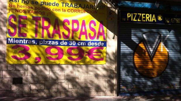 La pizzeria VK tras su cierre, con el cartel publicitario