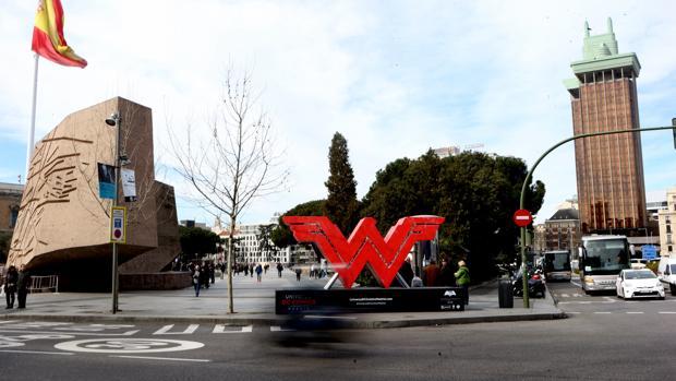 Estatua con el símbolo de Wonder Woman en la plaza de Colón