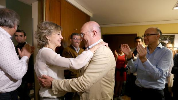 Tejerina felicita a Carnero en presencia de Ruiz Medrano