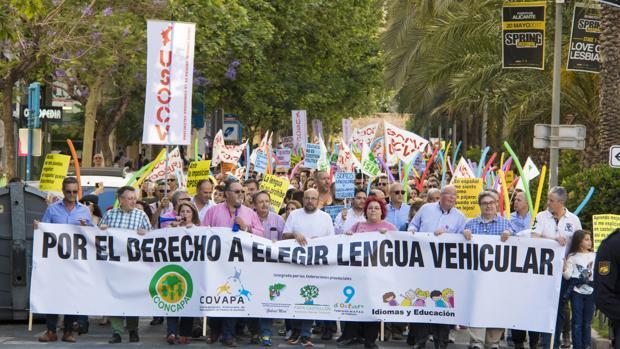 Miles de padres exigen derogar el decreto de plurilingüismo de Marzà por discriminar el castellano
