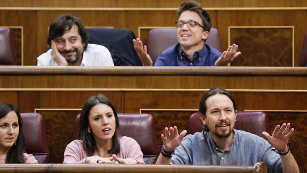 Los diputados de Podemos gesticulan desde sus escaños