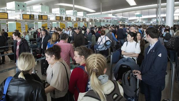 Colas en los mostradores del aeropuerto de El Prat