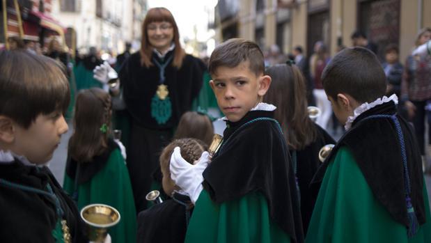 Pequeños cofrades participan en una de las procesiones de Valladolid