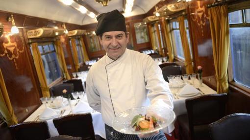El chef José Carlos González posa en el vagón restaurante de los años 20 del Museo del Ferrocarril
