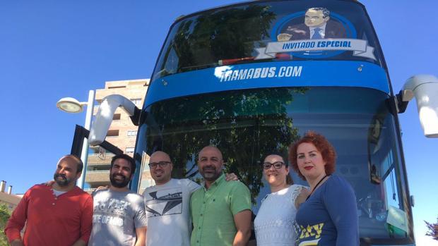 El secretario general de Podemos en la región, José García Molina, en el centro, junto al tramabús con la imagen de Bono
