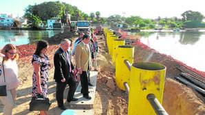 Barreras instaladas en la desembocadura del río Guadarranque para impedir que se escondan las zodiac.