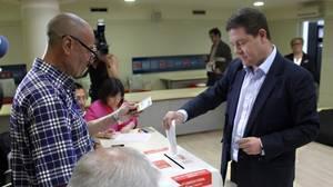 García-Page introduce su voto para las primarias del PSOE