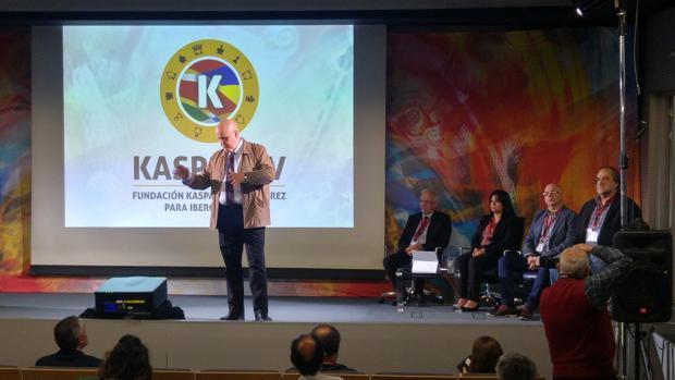 Inicio del seminario sobre ajedrez en el salón de actos del Ayuntamiento de León