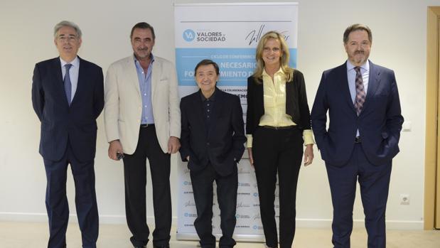 Bieito Rubido (primero por la derecha) junto a los periodistas Isabel San Sebastián, Jiménez Losantos, Carlos Herrera y el editor Antonio Fernández Galiano