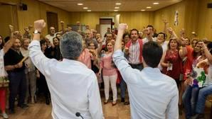 Javier Izquierdo y Pedro Sánchez celebran en la sede del PSOE de Valladolid la victoria de Pedro Sánchez