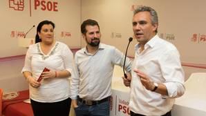 Luis Tudanca (centro), anoche en la sede del PSOE de Valladolid junto a Javier Izquierdo y Ana Sánchez