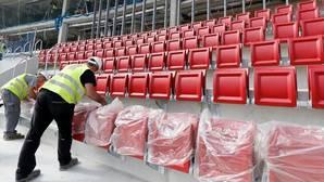 Los operarios colocan los asientos del nuevo estadio