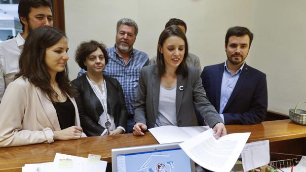 Los portavoces de Unidos Podemos presentan la moción de censura