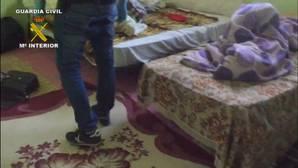 Imagen tomada por la Guardia Civil de la casa en la que estaban confinados los inmigrantes