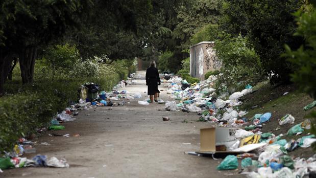 Hemeroteca: El plan de Carmena contra la suciedad del botellón: concursos y futbolines | Autor del artículo: Finanzas.com