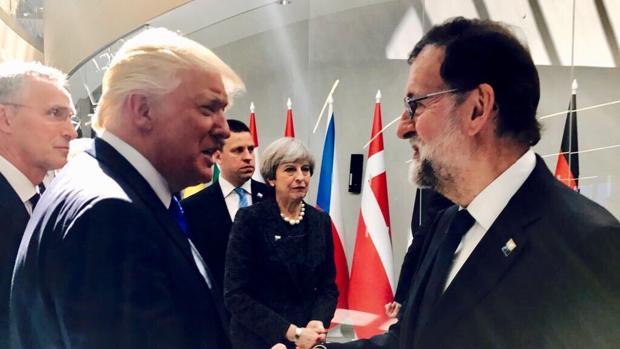El presidente de Estados Unidos,, Donadl Trump, y Rajoy, se saludan en la nueva sede de la OTAN en Bruselas