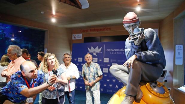 El oceanogr fic de valencia homenajea al comandante for Promociones oceanografic