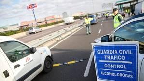 Un agente de la Guardia Civil de Tráfico, durante un control de drogas de carretera