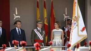 La ministra de Defensa, María Dolores de Cospedal, junto al jefe de Estado Mayor de la Defensa, general de ejército Fernando Alejandre Martínez, durante el acto central del Día de las Fuerzas Armadas