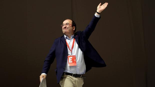 Miquel Iceta saluda a sus compañeros tras ser ratificado como secretario de los socialistas catalanes