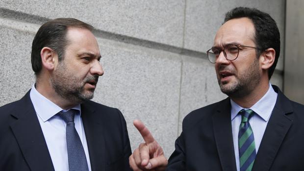 José Luis Ábalos junto a Antonio Hernando esta mañana en el Congreso