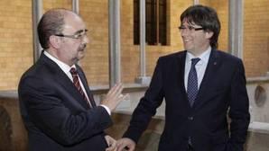 Los presidentes de Aragón y de Cataluña, Javier Lambán y Carles Puigdemont, en una imagen de archivo