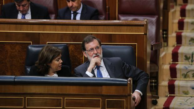 Mariano Rajoy, junto a Soraya Sáenz de Santamaría, a principios de mes en el Congreso