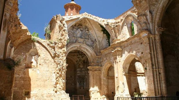 pese a su estado ruinoso la iglesia abacial conserva en pie restos y