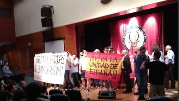 Estudiantes de un sindicato de La Falange irrumpen en un acto de César Strawberry al grito de «Fuera proetarras»