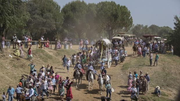 La Hermandad de Osuna se dispone a cruzar el vado del río Quema en Aznalcázar (Sevilla)